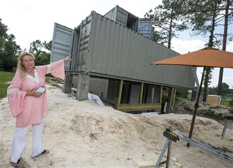 'Artistic MacGyver' builds container home in Citra - News